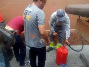 Camiones abasteciendo de agua a los vecinos de Loreto