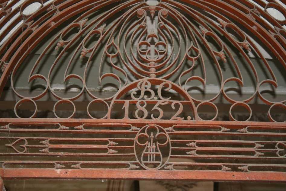 En  la entrada de la finca aún se recuerda el año de la primera reforma y su condición de Consulado Británico (BC: British Consulate)