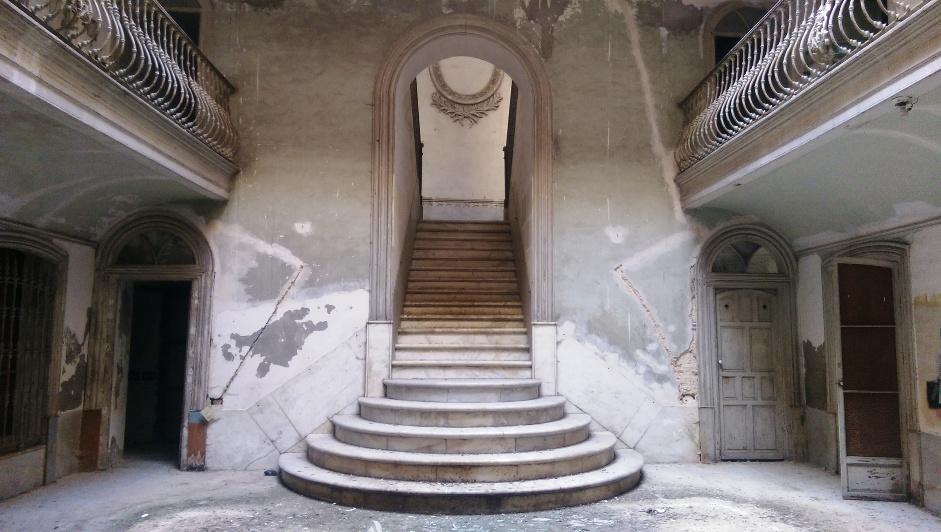 Patio central y escalera de entrada de la finca.