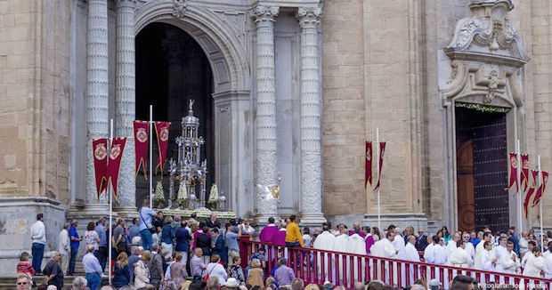 Ocho altares engalanan el recorrido del Corpus